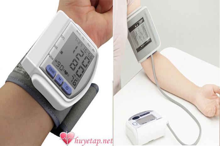 So sánh máy đo huyết áp cổ tay và máy đo huyết áp bắp tay 1